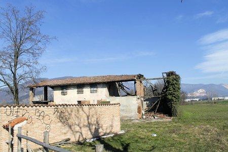 ruined: ruined house