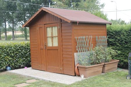 houten schuur voor gereedschap in de tuin Redactioneel
