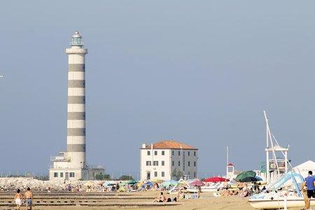 Phare d'accès au port touristique et commercial Éditoriale