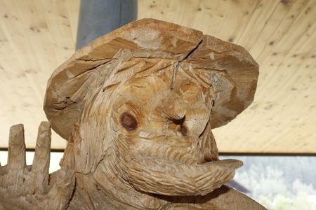 sculptuur dat een houten gezicht voorstelt