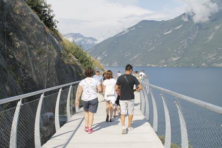 Strada ciclabile e sentiero sul lago di Garda a Limone sul Garda, Lombardia, Italy Archivio Fotografico