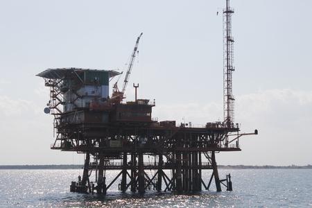 Buque de perforación de petróleo y gas en alta mar, fondo del océano azul Foto de archivo