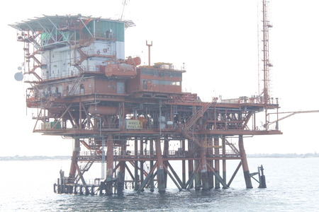 offshore oil and gas drillship, blue ocean background 스톡 콘텐츠