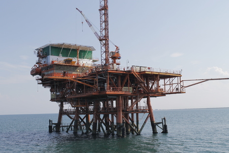 offshore oil and gas drillship, blue ocean background Banque d'images