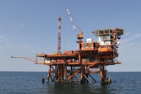 navire de forage pétrolier et gazier offshore, fond bleu océan