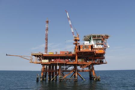 plate-forme pétrolière et gazière offshore sur l'océan
