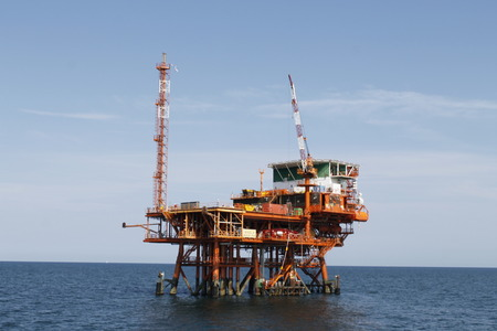 Offshore oil and gas drilling rigs working on new wellhead remote platform for oil and gas exploration and production Banque d'images - 124731436