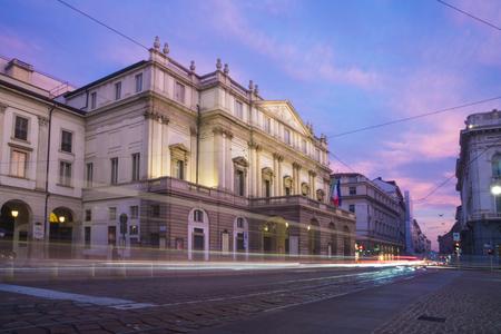 Milaan, Italië: La Scala (officiële naam Teatro alla Scala). Dit theater wordt beschouwd als een van de toonaangevende opera- en ballettheaters ter wereld. Genomen bij dageraad.