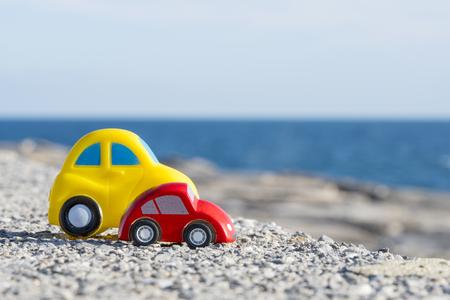 Toy Car vicino al mare. Concetto di viaggio, turismo, vacanze e avventura.