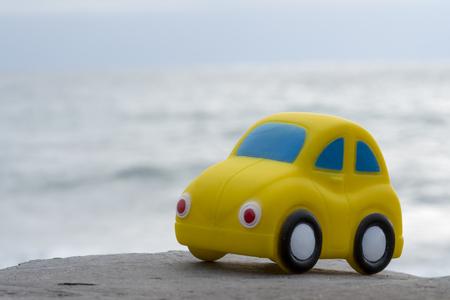 Toy Car vicino al mare. Concetto di viaggio, turismo, vacanze e avventura. Archivio Fotografico