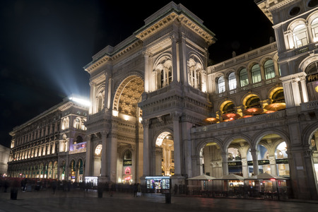 Milan, Italy - January 10, 2018: Vittorio Emanuele II Gallery and the Terrace in the Piazza Duomo restaurant in Milan, Italy. Night view. 新聞圖片