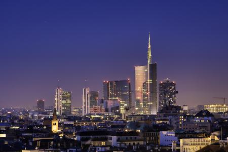 Mailänder Skyline bei Nacht, neue Wolkenkratzer mit bunten Lichtern. Italienisches Landschaftspanorama. Standard-Bild
