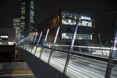 Milan, Italy - January 07, 2018: Urban scene at night in the new Porta Nuova financial and business district, Milan, Italy. 新聞圖片