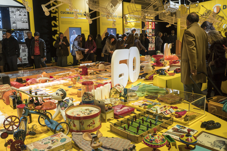Milan, Italy - January 07, 2018: visitors to the exhibition that celebrates the 60th anniversary of Esselunga supermarkets. People observe typical objects of the 60s. 新聞圖片