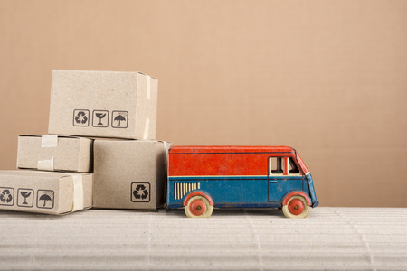 Vintage toy truck with cardboard boxes. Shipping and delivery concept. Foto de archivo