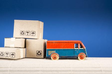 Camión de juguete vintage con cajas de cartón. Concepto de envío y entrega. Foto de archivo - 96830623