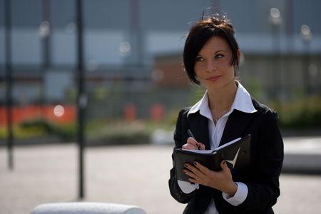 trustable: joven empresaria de trabajo al aire libre  Foto de archivo