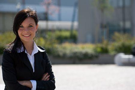 trustable: horizontal retrato de una joven empresaria al aire libre con una amplia copyspace