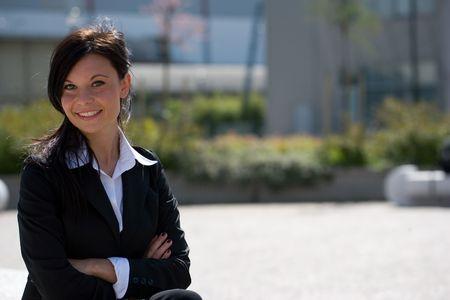 trustable: retrato horizontal de un businesswoman joven al aire libre con el copyspace ancho