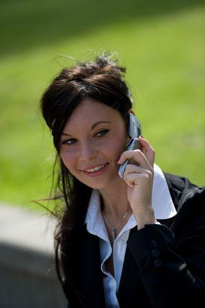 trustable: joven empresaria hacer una llamada de tel�fono al aire libre