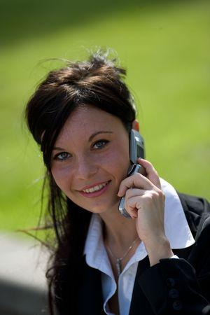 trustable: retrato de una joven empresaria hacer una llamada con un tel�fono m�vil