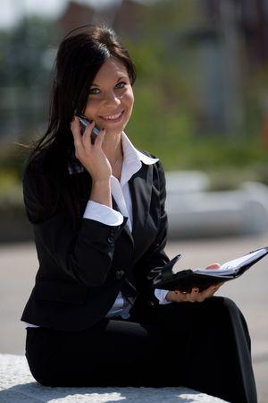 trustable: joven empresaria hacer una llamada telef�nica  Foto de archivo