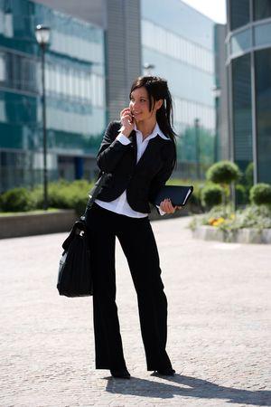 trustable: joven empresaria al aire libre cerca de su oficina