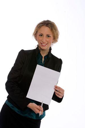 trustable: joven mujer de negocios que muestre un contrato para ser firmado