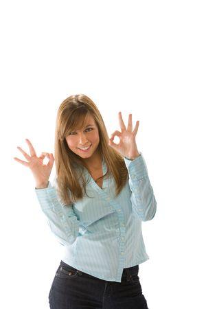 trustable: un joven alegre mujer en la toma casualwear ok se�al con la mano