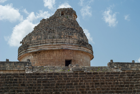 Summit of a Mayan temple, in the archaeological area of Chichen Itza, on the Yucatan peninsula Foto de archivo