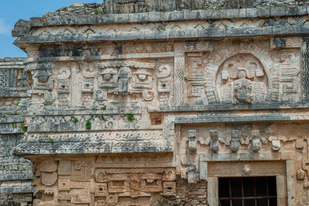 Architectural details of an entrance gate of a Mayan temple, in the archaeological area of Chichen Itza, on the Yucatan peninsula Stock fotó