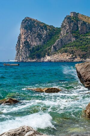 Seascape depicting the Punta Campanella mountain, taken from the beach of Nerano while the sea was rough, near Sorrento 版權商用圖片