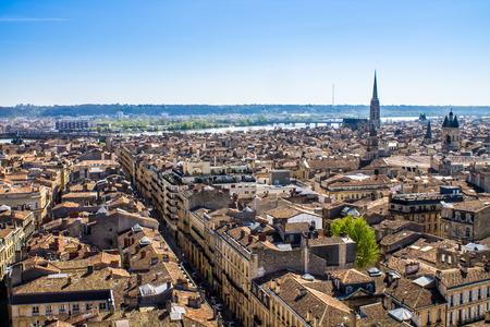 aerial: Vista aérea de la ciudad de Burdeos en Francia