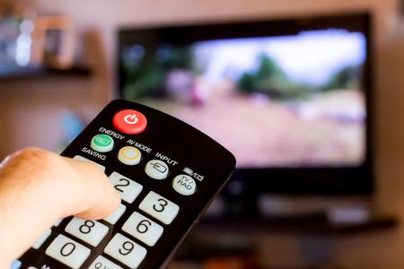 リモコンを使用してテレビのチャンネルを変更するには 写真素材