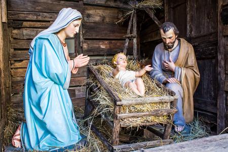 nascita di gesu: natale natività rappresentato con statuette di Maria, Giuseppe e Gesù bambino