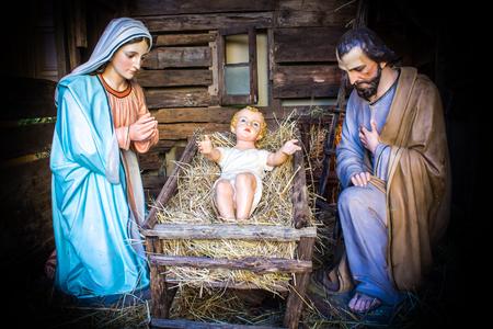 familia cristiana: Navidad escena de la natividad representado con estatuillas de María, José y el Niño Jesús