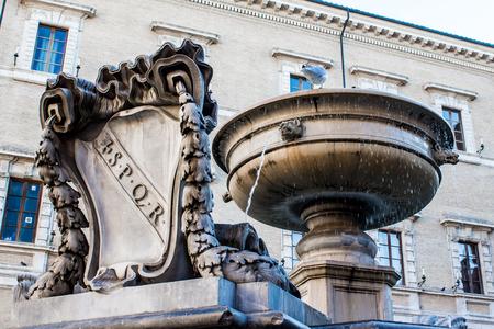 spqr: Fuente vieja con el escudo de armas de la antigua Roma, SPQR tallada en mármol, en Roma, Italia