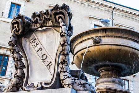 spqr: Fuente vieja con el escudo de armas de la antigua Roma, SPQR tallada en m�rmol, en Roma, Italia
