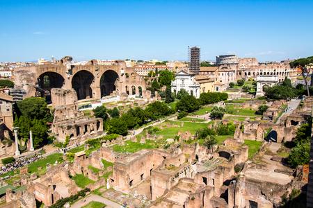 Vue panoramique sur les ruines du Forum romain avec le Colisée en arrière-plan à Rome, Italie