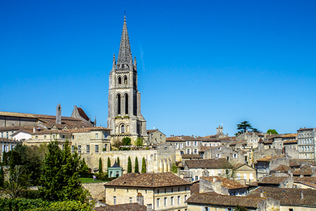 サン ・ テミリオン、viticulture の有名なフランスのボルドー近くの典型的な町の町並み 写真素材