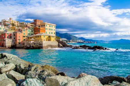 Boccadasse, einem Stadtteil von Genua in Italien, sieht aus wie ein kleines Dorf am Meer