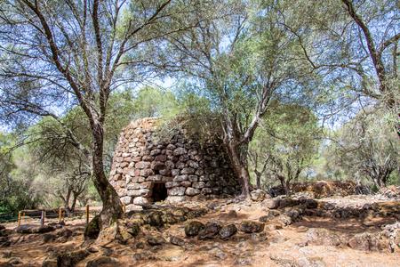 ヌラーゲ、オリスターノ、サルデーニャ、イタリアの近くのサンタ ・ クリスティーナのヌラーゲ文化の聖域で、古代の巨石建物