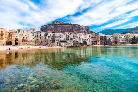 cefalu, 시칠리아, 이탈리아에서에서 바다에 작은 마의 아름 다운보기 스톡 콘텐츠