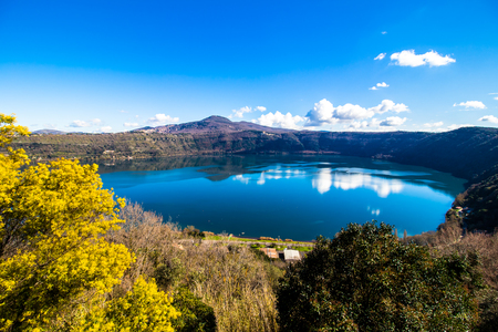Lake Albano, a small volcanic crater lake in the Alban Hills of Lazio, near Rome, Italy Stok Fotoğraf - 95900705
