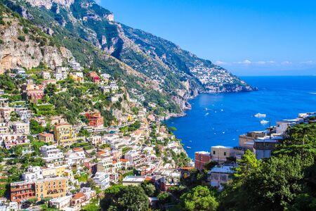 Vista panoramica di Positano, famoso villaggio della Costiera Amalfitana, Italy Archivio Fotografico