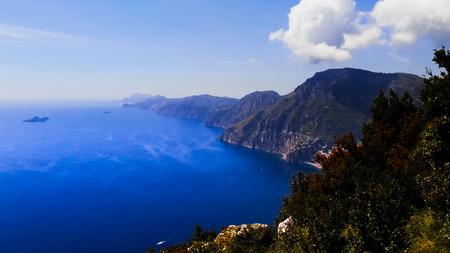 Côte amalfitaine, mer bleue et collines, Italie. Banque d'images - 94709142