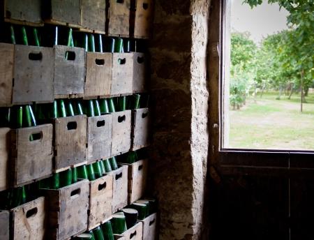 botellas de sidra en cajas de madera Foto de archivo