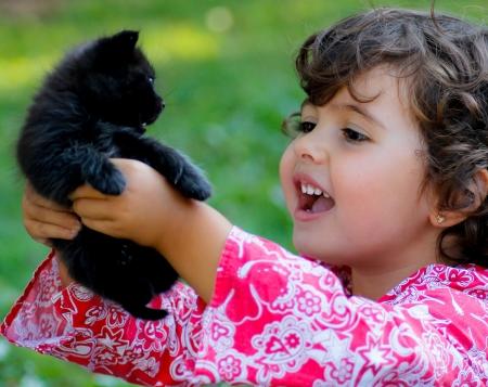 ni�o con un gato negro beb�