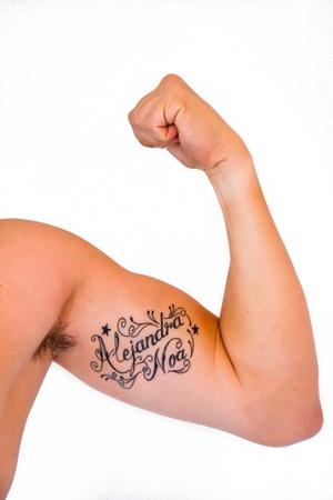 flexiona el brazo con un tatuaje