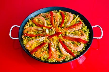 典型的なスペイン料理。パエリア。米、野菜、魚で作られました。 写真素材